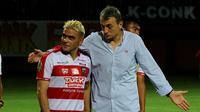 Cristian Gonzales bersama pelatih Madura United, Milomir Seslija. (Bola.com/Aditya Wany)