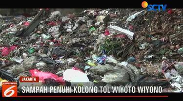 Tumpukan sampah hingga setinggi 2 meter ini berasal dari rumah tangga warga di tiga kelurahan di Kecamatan Tanjung Priok.
