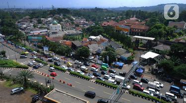 Suasana kawasan Puncak di Simpang Gadog, Ciawi, Bogor, Kamis (20/5/2021). Walaupun libur lebaran sudah berlalu, kawasan Puncak dan sekitarnya masih dipadati wiasatawan. (merdeka.com/Arie Basuki)