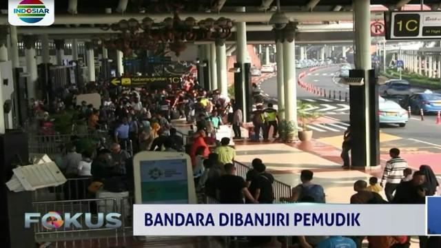 Bandara Soetta dibanjiri pemudik yang akan mudik ke kampung halaman di berbagai kota di Indonesia.