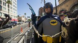 Seorang pria berpakaian Batman saat menunggu upacara penghargaan terhadap pencipta Batman Bob Kane di Walk of Fame, Los Angeles, California, Rabu (21/10/2015).  Nama Bob Kane nantinya akan terpampang di Walk Of fame. (REUTERS/Mario Anzuoni)