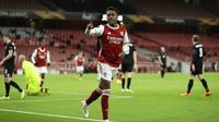 Joe Willock berselebrasi usai mencetak gol kedua untuk Arsenal ke gawang Dundalk pada matchday kedua Grup B Liga Europa di Emirates Stadium, London, Jumat (30/10/2020). (AP Photo / Matt Dunham)