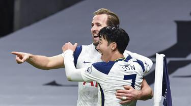 Penyerang Tottenham Hotspur, Harry Kane (kiri) berselebrasi dengan Son Heung-min usai mencetak gol ke gawang Arsenal pada pertandingan lanjutan Liga Inggris di Tottenham Hotspur Stadium di London, Inggris , Minggu (7/12/2020). Tottenham menang 2-0. (Glyn Kirk / Pool via AP)