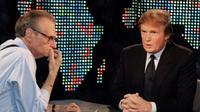 """File foto 7 Oktober 1999, pembawa acara CNN Larry King saat mewawancarai  Donald Trump di """"Larry King Live,"""" di New York. Riwayat kesehatan Larry King terbilang kurang baik. Pada Februari 1987, ia menderita serangan jantung hingga mengharuskannya menjalani operasi. AP Photo/Marty Lederhandler)"""