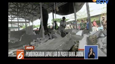 Satpol PP bongkar pulukan lapak pedagang tak berizin di Pasar Rawa Jambon, Meruya Kembangan, Jakarta Barat.