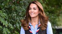 Kate Middleton saat mengunjungi Scout Group di Northolt di barat laut London, Inggris, 29 September 2020. (DANIEL LEAL-OLIVAS / AFP / POOL)