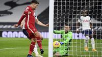 Pemain Liverpool Roberto Firmino mencetak gol pertama timnya pada pertandingan sepak bola Liga Inggris lawan Tottenham Hotspur di Stadion Tottenham Hotspur di London, Kamis, 28 Januari 2021. (Shaun Botterill / Pool via AP)