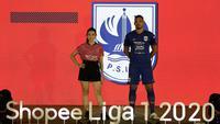 Pemain PSIS Semarang memamerkan seragam tempurnya dalam launching Shopee Liga 1 2020 di Fairmount Hotel, Jakarta, Senin (24/2/2020). (Bola.com/Yoppy Renato)