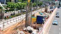 Kondisi pembangunan LRT Jabodebek di kawasan Kuningan, Jakarta, Selasa (26/9). Pembangunan LRT (Light Rail Transit) Cawang-Dukuh Atas pada ruas Jalan HR Rasuna Said saat ini sudah sampai pada pengecoran tiang pancang. (Liputan6.com/Helmi Afandi)