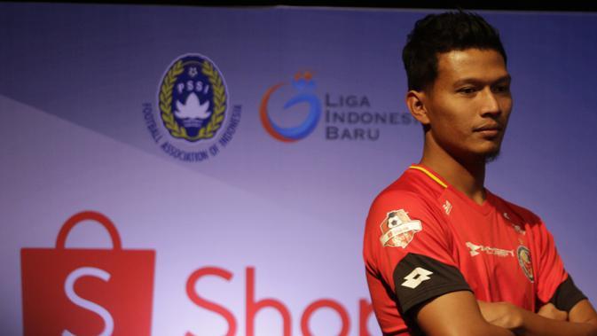 Pemain Semen Padang berpose saat Peluncuran Shopee Liga 1 di SCTV Tower, Jakarta, Senin (13/5). Sebanyak 18 klub akan bertanding pada Liga 1 mulai tanggal 15 Mei. (Bola.com/Vitalis Yogi Trisna)