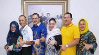 Adik kakak trah Cendana kompak berfoto di depan foto orangtuanya, anak mantan Presiden Soeharto dan Raden Ayu Siti Hartinah. (Istimewa)