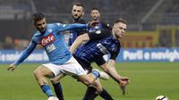 Pemain Napoli, Lorenzo Insigne, berebut bola dengan pemain Inter Milan, Milan Skriniar, pada pertandingan lanjutan Serie A, di Giuseppe Meazza, Senin (12/3/2018) dini hari WIB. (AP/Luca Bruno).