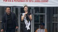 Putri Indonesia Jawa Barat 2016, Evan Lysandra, menyaksikan langsung pertandingan cabang renang Peparnas 2016 di Kolam Renang UPI, Bandung, Jawa Barat, Jumat (21/10/2016). (Bola.com/Vitalis Yogi Trisna)