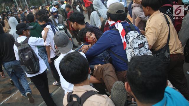 Gas Air Mata Bikin Pelajar Tumbang Saat Demo di DPR