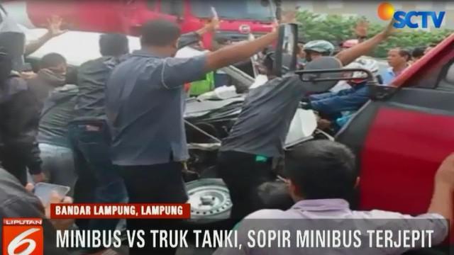 Warga dan polisi bahkan menggunakan tali tambang untuk menarik kemudi yang menjepit korban dengan bantuan kendaraan dari luar.