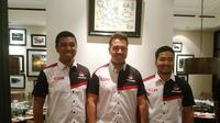 Rifat Sungkar (tengah) dan M Redwan (kanan) sudah siap ikut reli di Selandia Baru (Liputan6.com/Defri Saefullah)