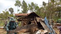 Sejumlah aparat gabungan TNI, Polhut dan lainnya tengah merobohkan bangunan semi permanen dalam operasi simpatik penyelematan lahan cagar alam di kawasan Kamojang, Garut, Jawa Barat (Liputan6.com/Jayadi Supriadin)