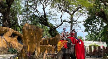 Kebun Binatang Surabaya ramai pengunjung saat libur Lebaran. (Dian Kurniawan/Liputan6.com)