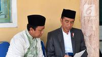 Presiden Jokowi dan Ketum PPP Romahamurmuziy berada di Pondok Pesantren Salafiyah Safi'iyah Sukorejo, Jatim, Sabtu (3/2). Jokowi menghadiri Dzikir dan Doa untuk Bangsa dalam Rangka Peringatan Haul Majemuk Masyayikh. (Liputan6.com/Pool/Biro Pers Setpres)