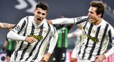Pemain Juventus Alvaro Morata merayakan golnya ke gawang Ferencvaros bersama Federico Chiesa pada pertandingan Grup G Liga Champions di Allianz Stadium, Turin, Italia, Selasa (24/11/2020). Juventus melaju ke 16 besar Liga Champions usai menekuk Ferencvaros 2-1. (Marco Alpozzi/LaPresse via AP)