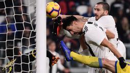 Bek Juventus, Leonardo Bonucci, membobol gawang Frosinone pada laga Serie A di Stadion Allianz, Turin, Jumat (15/2). Juventus menang 3-0 atas Frosinone. (AFP/Marco Bertorello)