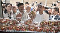 Menteri Perdagangan Agus Suparmanto (kanan) dan Menteri Pertanian Syahrul Yasin Limpo memeriksa cabai saat inspeksi mendadak (sidak) ke Pasar Senen, Jakarta, Senin (3/2/2020). Sidak dilakukan untuk memantau harga bahan pokok yang dijual pedagang. (merdeka.com/Iqbal Nugroho)