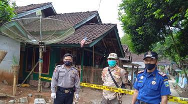 Beberapa petugas satgas pancegahan Covid-19 tengah melakukan penjagaan ketat di area lokasi terjadinya outbreak satu kampung Banjarsari, Bungbulang, Garut.