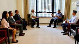 Presiden RI ke-6 Susilo Bambang Yudhoyono (SBY) berbincang dengan mantan PM Timor Leste Xanana Gusmao di NUH Singapura, Minggu (24/2). Xanana memberi semangat kepada SBY dan AHY yang setia mendampingi Ani Yudhoyono. (Liputan6.com/HO/Anung Anandito)
