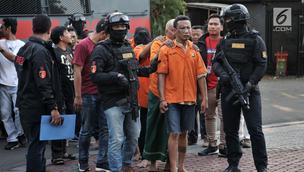 Polisi menggiring tersangka kasus ambulans Partai Gerindra membawa batu dalam Aksi 22 Mei saat rilis di Mapolda Metro Jaya, Jakarta, Kamis (23/5/2019). Lima tersangka merupakan mereka yang berada di ambulans dan enam lainnya diduga massa perusuh dalam Aksi 22 Mei 2019. (merdeka.com/Iqbal Nugroho)