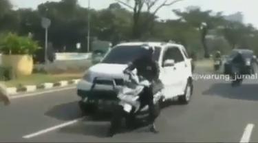 Terlihat beberapa pengendara motor mencoba menghindari razia yang dilakukan petugas.