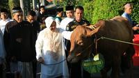 Wali Kota Tri Rismaharini usai salat Idul Adha 1438 H (Liputan6.com / Dian Kurniawan)