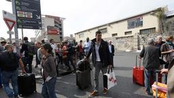 Penumpang menunggu di luar stasiun api Saint Charles setelah serangan pisau seorang pria, Marseille, Prancis Selatan, (1/10). Penyerang ditembak mati oleh aparat keamanan dan insiden tersebut diperlakukan sebagai aksi terorisme. (AP Photo/Claude Paris)