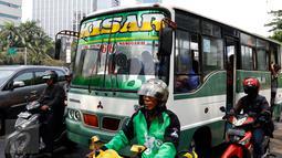 Kopaja 66 jurusan Blok M-Manggarai terjebak kemacetan di kawasan Gatot Subroto, Jakarta, Rabu (7/10). Pemprov DKI berencana secara bertahap akan menghapus angkutan umum bus berukuran sedang di Ibukota. (Liputan6.com/Yoppy Renato)