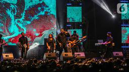 Musisi Tulus tampil pada hari kedua Synchronize Fest 2019 di Gambir Expo, Kemayoran, Jakarta, Sabtu (5/10/2019). Selain Tulus, hari kedua Synchronize Fest 2019 juga dimeriahkan oleh Superglad, Nidji, Project Pop, The Sigit, The Upstairs, dan masih banyak lagi. (Liputan6.com/Faizal Fanani)