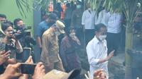 Mensos Tri Rismaharini mendampingi Presiden Joko Widodo.