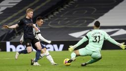 Gelandang Tottenham Hotspur, Giovani Lo Celso (tengah), mencetak gol kedua Tottenham ke gawang Manchester City dalam laga lanjutan Liga Inggris pekan ke-9 di Tottenham Hotspur Stadium, London, Minggu (22/11/2020) dini hari WIB. Tottenham menang 2-0 atas City. (AFP/Kirsty Wigglesworth/Pool)