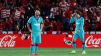 Reaksi  bintang Barcelona, Lionel Messi dan rekannya, Antoine Griezmann pada laga pekan kelima La Liga melawan Granada di Stadion Nuevo Los Cármenes, Sabtu(21/9/2019). Barcelona secara mengejutkan tumbang dalam lawatannya ke markas tim promosi, Granada 0-2. (AP Photo/Miguel Morenatti)