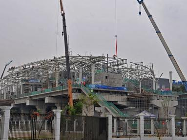 Suasana pembangunan stasiun Light Rail Transit (LRT) rute Kelapa Gading-Velodrome, Jakarta, Rabu (4/7). Progres proyek lintasan LRT sepanjang 5,8 kilometer tersebut kini telah mencapai 77 persen. (Merdeka.com/Iqbal S. Nugroho)