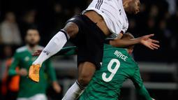 Bek Timnas Jerman, Jonathan Tah melompat saat berebut bola dengan pemain Timnas Irlandia Utara, Liam Boyce pada laga Grup C Kualifikasi Piala Eropa 2020 di Commerzbank Arena, Selasa (19/11/2019). Timnas Jerman sanggup membenamkan Irlandia Utara dengan skor telak 6-1. (AP/Michael Probst)
