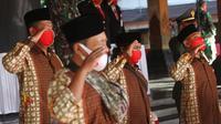 LIma mantan teroris mengikuti upacara HUT ke-75 Kemerdekaan RI di Balai Kota Solo, Senin (17/8).(Liputan6.com/Fajar Abrori)