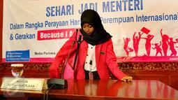 Seorang siswi yang berperan sebagai Menteri Tenaga Kerja bersiap untuk memimpin rapat kerja di Kemenaker, Jakarta, Selasa (11/10). Mereka mengikuti pelatihan dan orientasi 'Sehari Jadi Menteri' (Liputan6.com/Fery Pradolo)