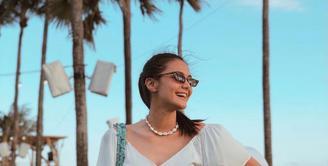 Kacamata hitam jadi salah satu fashion items yang tak boleh ketinggalan untuk melindungi silaunya terik matahari. (Instagram/amandarawles).