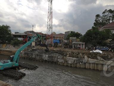 Suasana pengerukan lumpur di kali inspeksi Ciliwung, Jakarta, Selasa (3/3/2015). Pengerukan dilakukan untuk menjaga sungai tetap baik dan lancar. (Liputan6.com/Faizal Fanani)