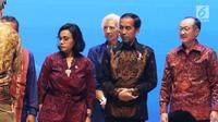 Presiden Joko Widodo (tengah) bersama Menkeu Sri Mulyani (kiri) dan Presiden Grup Bank Dunia Jim Yong Kim (kanan) dalam Bali Fintech Agenda IMF-WB 2018 di Nusa Dua, Bali, Kamis (11/10). (Liputan6.com/Angga Yuniar)