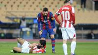 Penyerang Barcelona, Lionel Messi memeriksa penyerang Athletic Bilbao, Asier Villalibre setelah memukulnya pada pertandingan final Piala Super Spanyol di stadion La Cartuja, Senin (18/1/2021). Messi kini akan disanksi larangan tampil sebanyak empat sampai 12 laga. (AFP/Cristina Quicler)