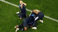 Pemain timnas Prancis merayakan kemenangan mereka atas Belgia pada babak semifinal di Stadion St. Petersburg, Selasa (10/7). Gol Samuel Umtiti mengantarkan Prancis mendepak Belgia sekaligus lolos ke final Piala Dunia 2018. (AP/ Dmitri Lovetsky)