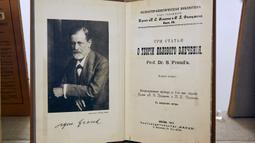 Foto pada 29 Agustus 2020 ini menunjukkan sebuah buku karangan Sigmund Freud di Museum Sigmund Freud di Wina, Austria. Museum Sigmund Freud di Wina dibuka kembali untuk para pengunjung pada Sabtu (29/8) setelah menjalani proses renovasi dan rekonstruksi selama 18 bulan. (Xinhua/Georges Schneider)