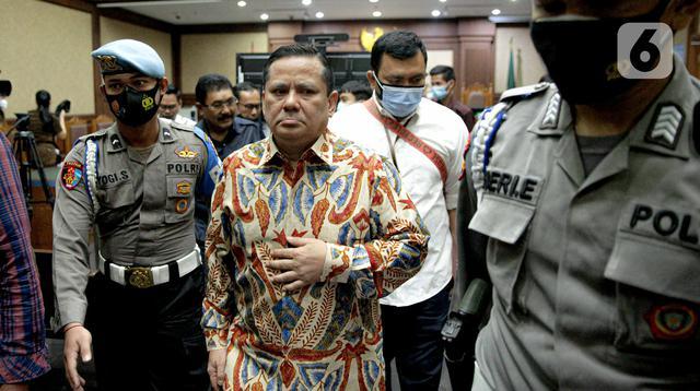 Terdakwa kasus dugaan suap penghapusan red notice Joko Tjandra, Irjen Pol Napoleon Bonaparte usai menjalani sidang lanjutan di Pengadilan Tipikor, Jakarta, Senin (9/11/2020)Sidang beragendakan pembacaan eksepsi atau nota keberatan yang dibacakan kuasa hukum terdakwa. (Liputan6.com/Faizal Fanani)