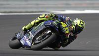 Aksi pembalap Monster Energy Yamaha, Valentino Rossi, pada MotoGP Inggris 2019, di Sirkuit Silverstone, Minggu (25/8/2019). (AFP/Adrian Dennis)