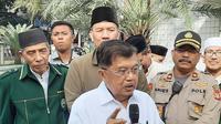 Ketua Umum Pimpinan Pusat Dewan Masjid Indonesia (DMI) Jusuf Kalla menganjurkan jemaah yang hendak menunaikan salat di masjid membawa sajadah. (Liputan6/Adi Anugrahadi)